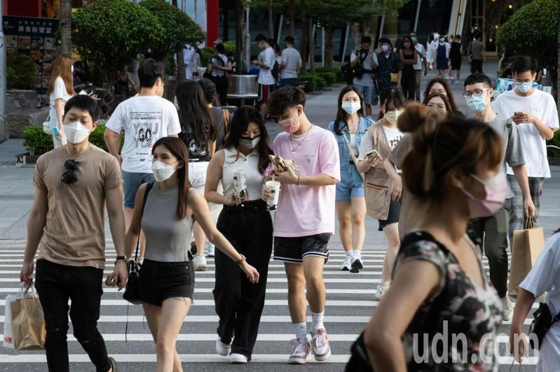 近日疫情逐漸趨緩,台北街頭也出現逛街人潮。一名急診科醫師提醒,Delta病株已取代Alpha變異株成為全球霸主,邊境管理應更加確實,也須盡快提高疫苗覆蓋率。記者季相儒/攝影
