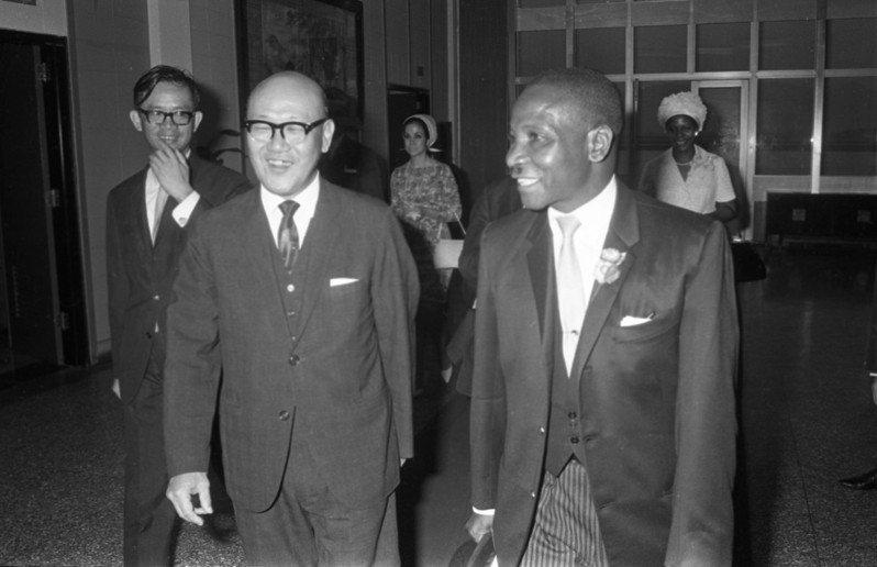 1969年史國副總理蘇卡蒂(前右)夫婦來訪。外交部常務次長沈劍虹(前左)至機場歡迎。圖/聯合報系資料照片