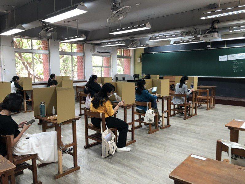 中午於試場內用餐,應考人皆使用隔板,避免交談。圖/教育部提供