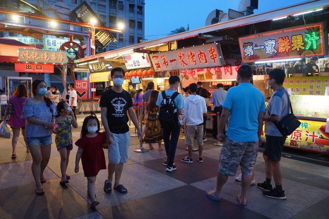 花蓮知名的東大門夜市,今晚湧入超過2000人,和前幾天微解封後相比,人潮翻了一倍...
