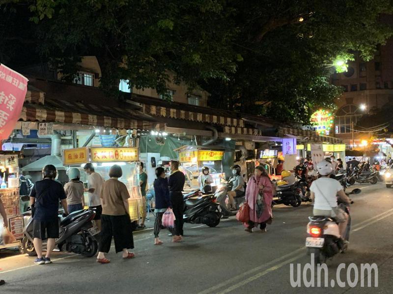 竹東中央市場夜市周末夜晚出現採買人潮,現場工作人員不斷呼籲排隊點餐保持距離。記者巫鴻瑋/攝影