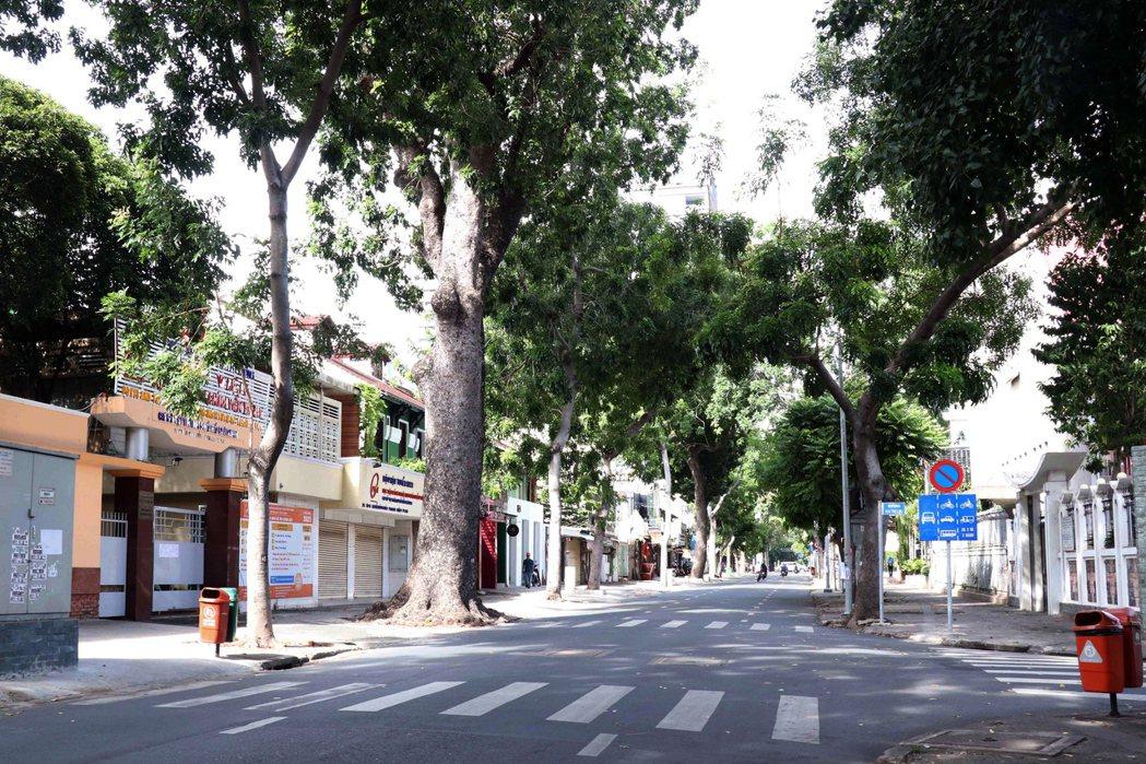 越南胡志明市實施居家避疫令,白天路上空無一人。  歐新社