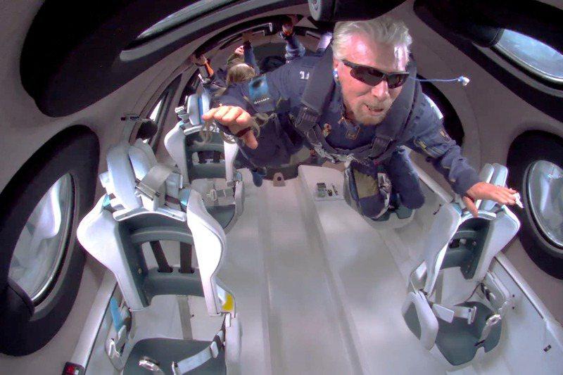 布蘭森在太空船內體驗零重力狀態。路透