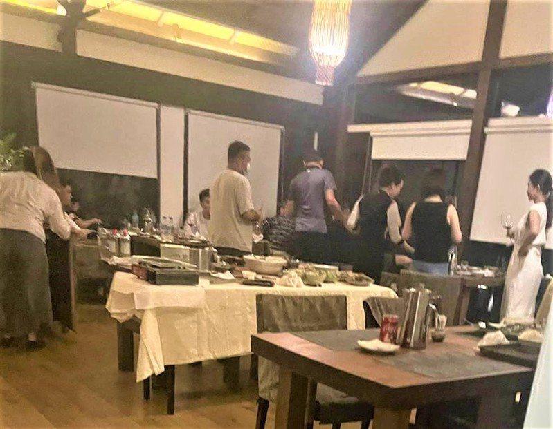 牡丹鄉旭海村「牡丹灣villa」被檢舉10多名房客在餐廳吃火鍋、喝紅酒,縣府昨開舉發單。圖/民眾提供