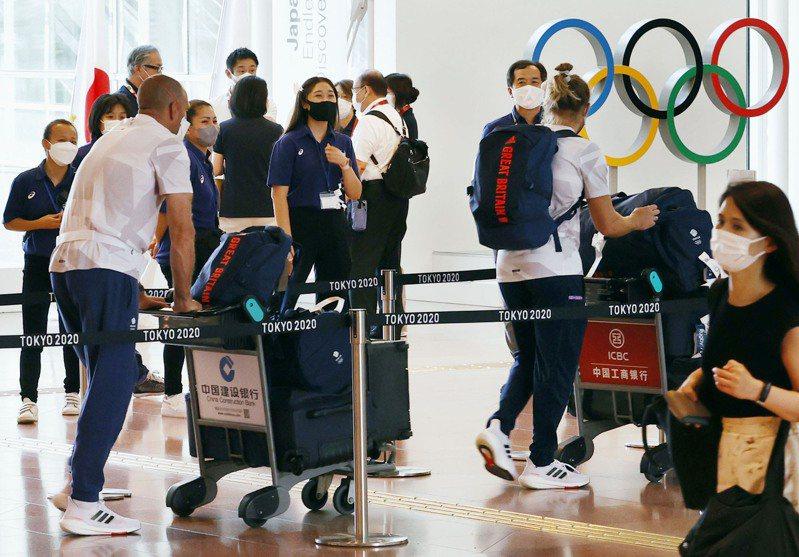參加東京奧運的各國代表團陸續抵達。美聯社