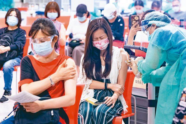 圖為北市府針對地下街群聚,昨安排相關工作人員施打疫苗。記者季相儒/攝影
