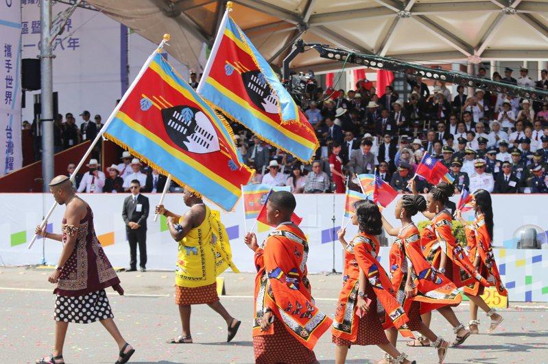 我盟邦史瓦帝尼陷入獨立五十多年來最嚴重反政府示威,圖為史瓦帝尼在前年我國國慶大會上參與慶祝遊行。本報資料照片