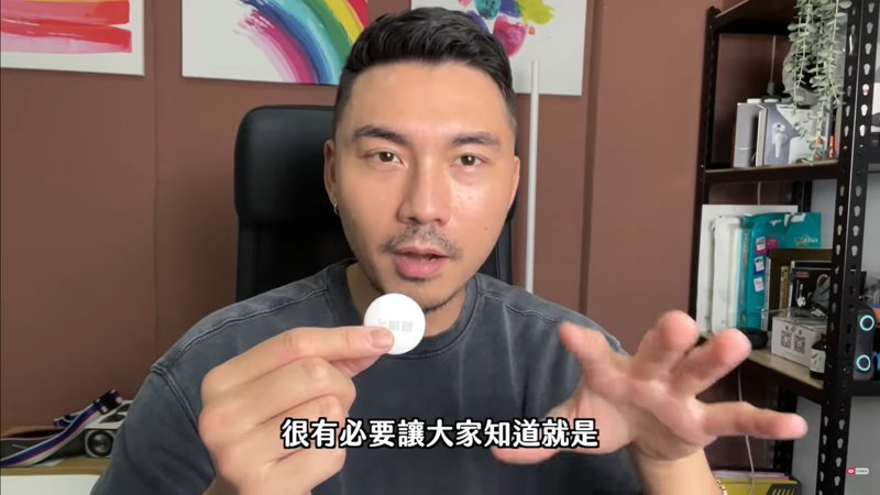 YouTuber「賴瑞」測試把AirTag放在另一半的錢包裡是否可跟蹤成功。(翻攝自「賴瑞/iamLarrie」YouTube頻道)
