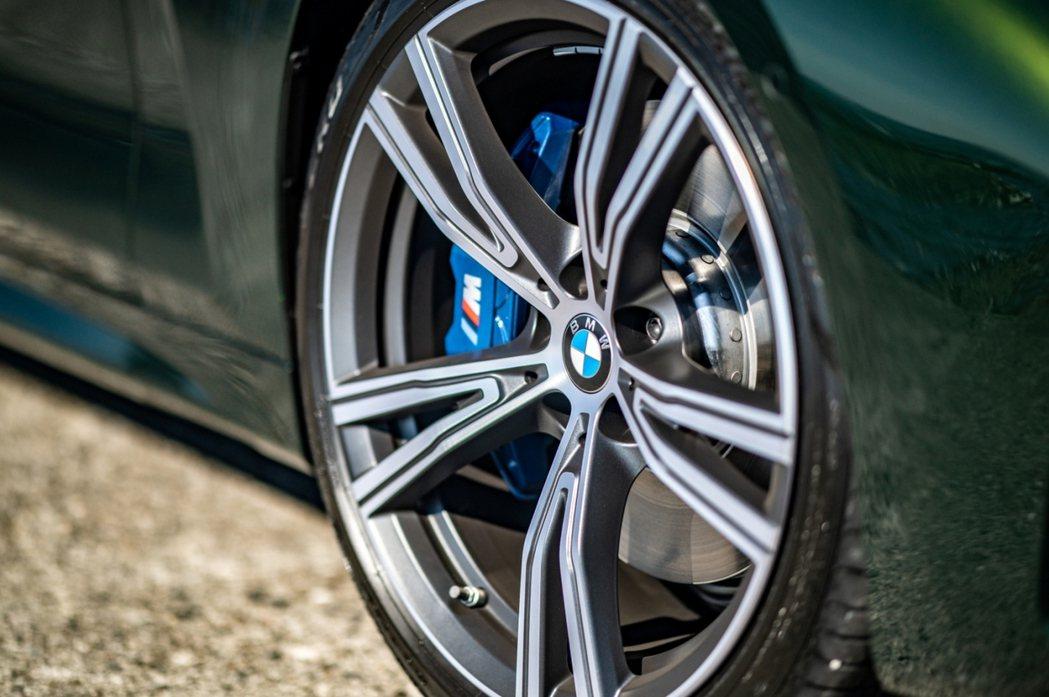 19吋BMW Individual雙輻式輪圈與M款空力套件,更讓全新BMW 4系...