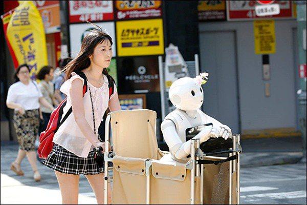 日有位女生對人型機械人Pepper一見鍾情,不但與三部機械人同居生活,更為了照顧它們而辭去全職工作,每天帶著機械「家人」外出散步。圖/取自Twitter