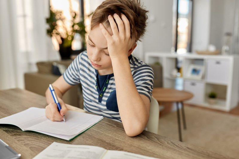 有家長近日於網上發文,表示學校日前為即將就讀小一的子女進行閱讀能力測試,不禁慨嘆孩子還未正式上學便要面對成績名次。圖片來源/ingimage