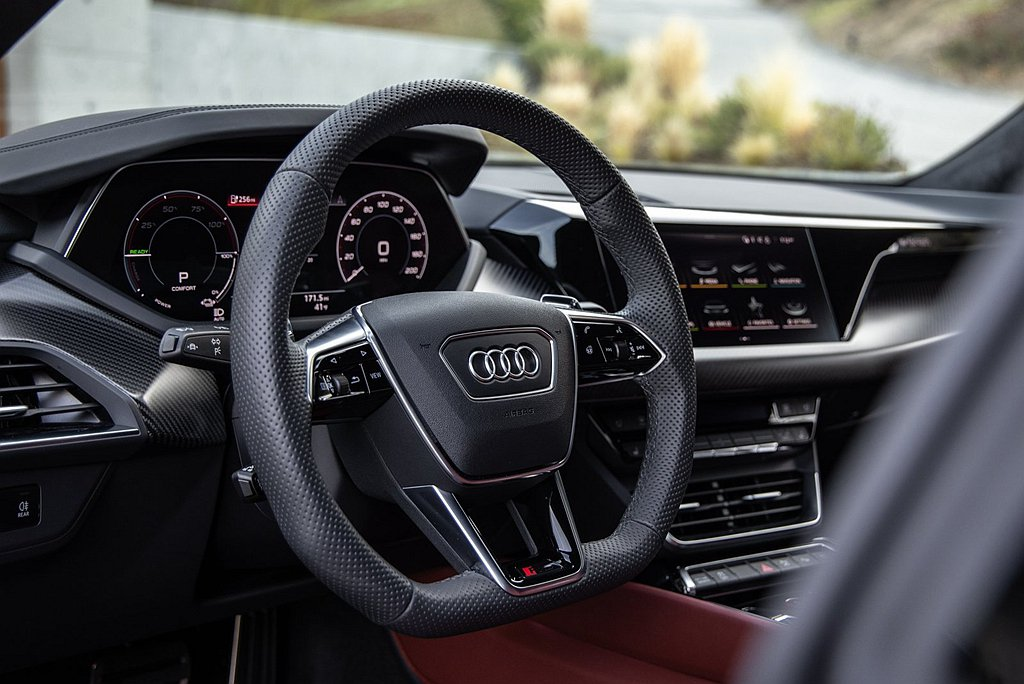 Audi對於方向盤設計宗旨,其需具有運動型的設計,盤幅直徑約介於30~36mm並...