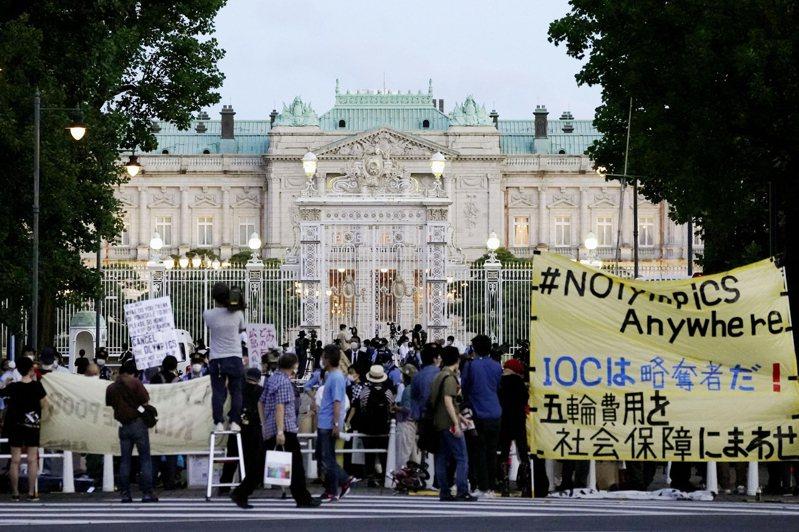 日本民眾抗議。 美聯社