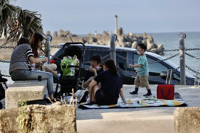 疫情趨緩微解封,不少悶壞了的遊客出門透氣散心,圖為民眾在基隆潮境公園內野餐飲食,享受著假日午後時光。記者許正宏/攝影