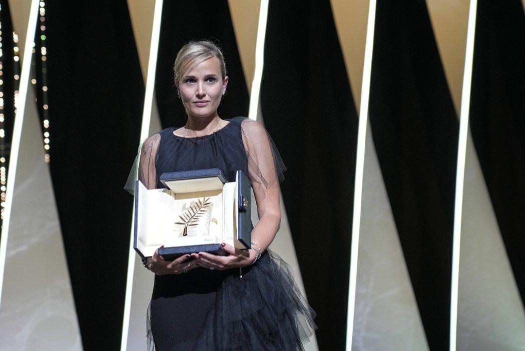 法國女導演茱莉亞迪古何諾執導的「鈦」(Titane),在坎城影展奪得最佳影片金棕