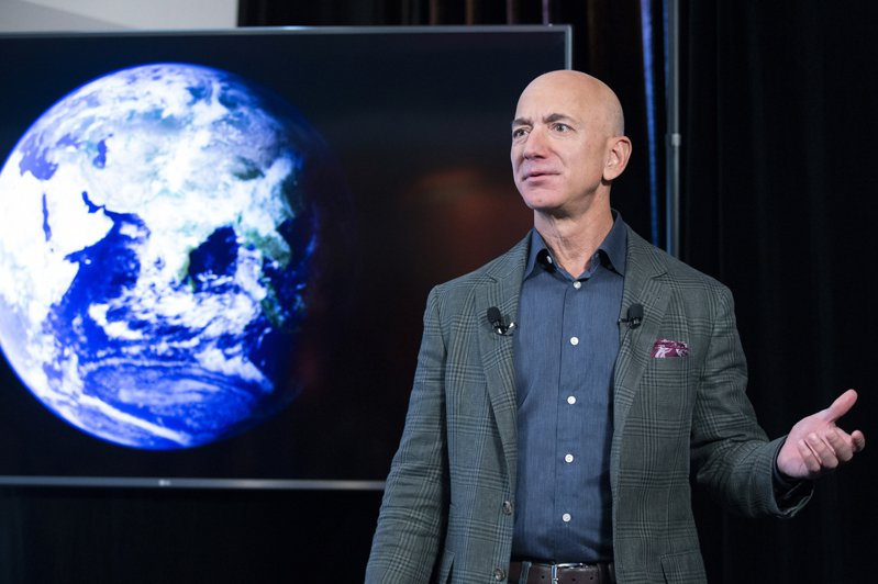 世界首富貝佐斯(Jeff Bezos)準備加入太空人俱樂部,20日將參加自家藍源公司(Blue Origin)新謝波德號太空船的首次載人太空任務,寫下太空旅行產業的重要里程碑。 歐新社