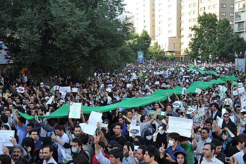 伊朗近日飽受天災、疫情與制裁的多重打擊,讓民眾不滿情緒逐漸上升。(Photo by Milad Avazbeigi on Wikimedia under CC 2.0)