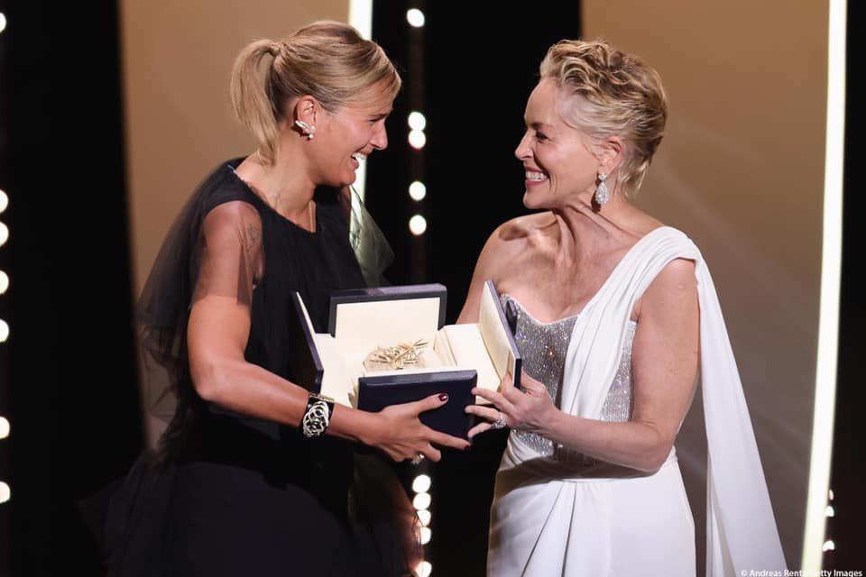 莎朗史東(右)把金棕櫚獎頒給法國女導演茱莉亞杜克諾(左)。圖/摘自臉書