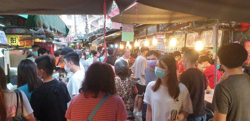 豐原廟東夜市昨晚出現購物人潮。記者游振昇/攝影