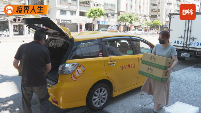 「宅經濟」成為疫情下顯學,計程車隊結合物流業外送,也幫助受經濟衝擊的司機,不過公路法明訂,計程車營運以「載人」為主,現在屬緊急授權範疇,但等到疫情趨緩之後,卻會讓小黃駕駛陷入違法灰色地帶。記者王彥鈞/攝影