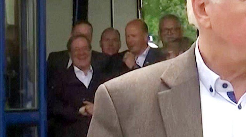 德國總理梅克爾的接班人、目前在德國大選民調領先的拉謝特(後排左),17日在前往洪水災區勘災時大笑不止被抓包。路透