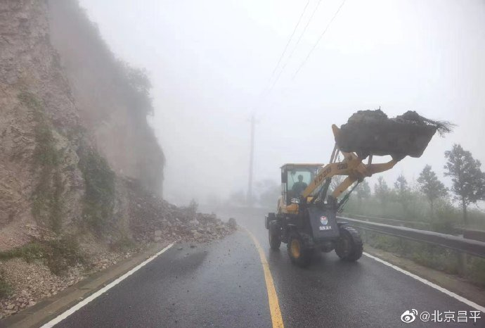 暴雨襲北京,多處山體坍方。環球網