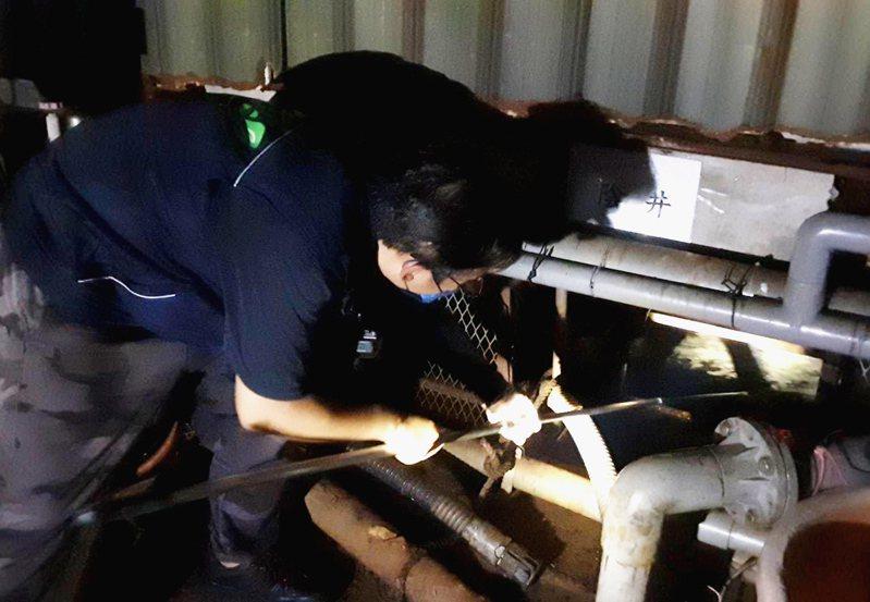 桃園市環保局及警方漏夜查出大樹林屠宰場和代操的咖利多科技涉嫌汙染東門溪重大。圖/環保局提供