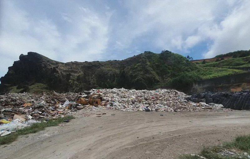 台東縣綠島鄉的垃圾遇風會飛到海中,只能先打包等候船運。圖/縣議員李數奼提供