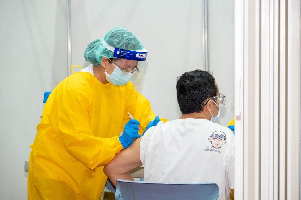 宜蘭縣第一輪上網成功預約接種疫苗者共1萬7872人,實際報到接種率接近100%。...