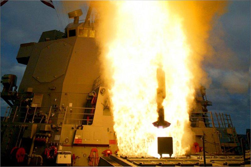Mk41垂直發射系統,發射標準飛彈瞬間。圖/美國海軍檔案照