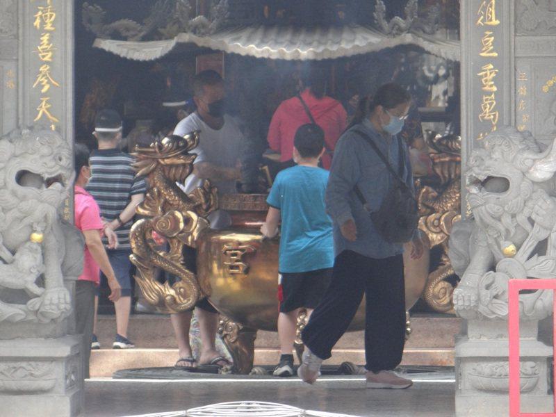國內財神祖廟的北港武德宮廟門一開,來自全國各地的信徒一早帶著神明回娘家參拜。記者蔡維斌/攝影