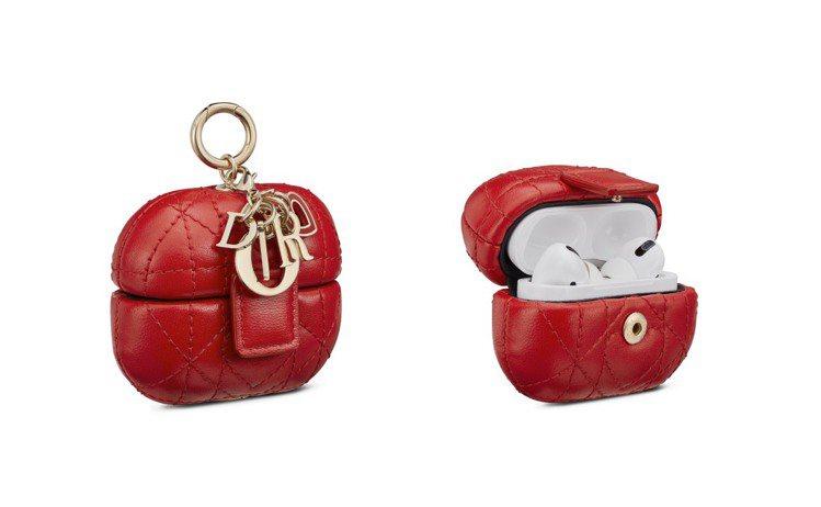 Lady Dior紅色籐格紋小羊皮AirPods Pro保護套,21,500元。...