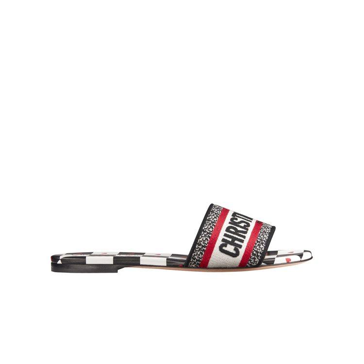 Dway黑白棋盤格愛心印花刺繡拖鞋,23,000元。圖/DIOR提供