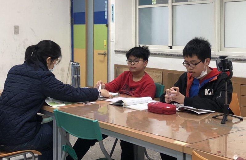 葉家明(中)與呂宜昌(右)努力融入台灣生活,並開啟拍片的興趣。記者廖炳棋/翻攝