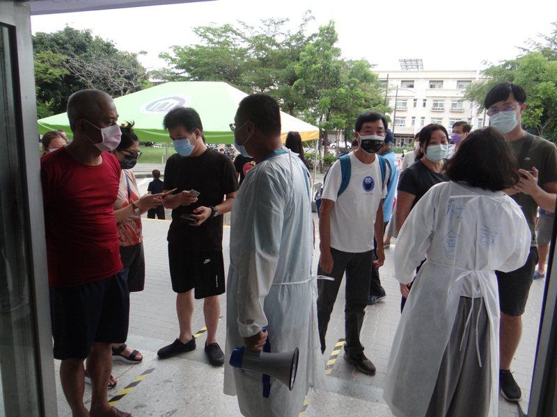 斗六體育館外不少無預約要來打的人被擋下來,不滿網路說不設限施打,讓他們白跑一趟。記者蔡維斌/攝影