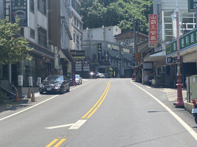 疫情微解封周日,台南溪北遊客稀疏,關子嶺風景區街頭仍空蕩。圖/讀者提供