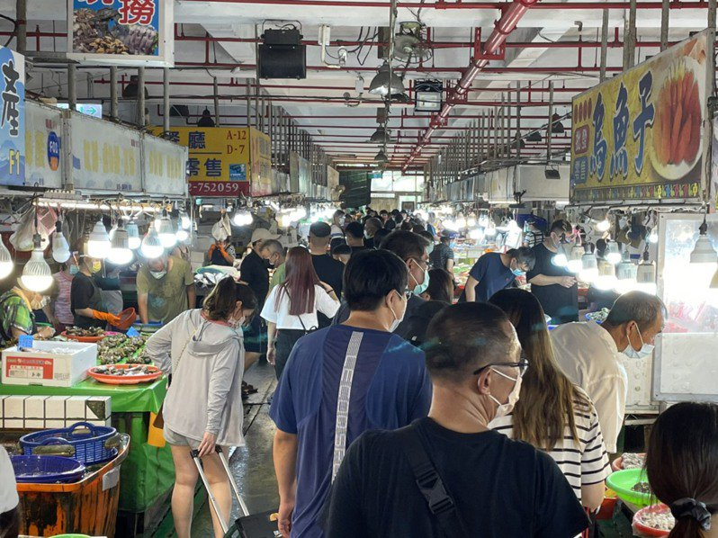 嘉義布袋觀光漁市設單一出入口,總量管制600人,但不少民眾仍慕名而來,市場人生鼎沸,喧囂不已。圖/嘉縣府提供