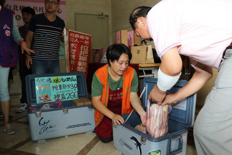 單親紜媽在捷運台北橋站出口賣冰心地瓜,因疫情關係暫時停止。圖/新北市社會局提供