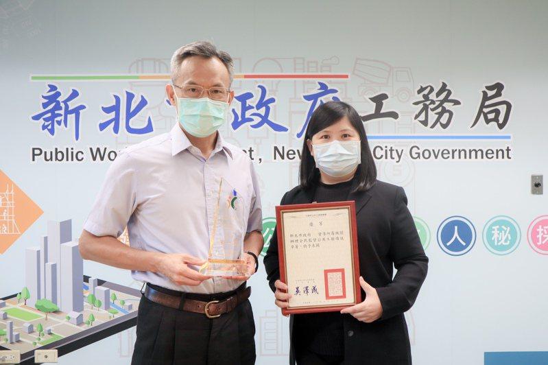 工務局長詹榮鋒(左)、採購處長林懿靜(右)手持獲獎獎盃與獎狀。圖/新北市工務局提供