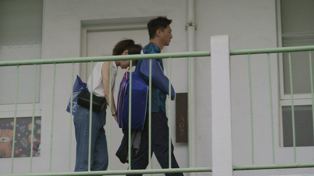 謝盈萱(左)在「俗女2」戲中,受創傷時有藍葦華依靠。圖/華視、CATCHPLAY