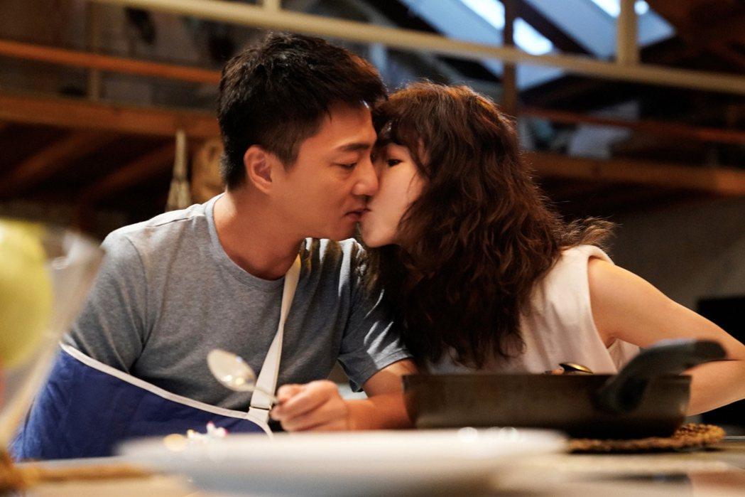 謝盈萱(右)、藍葦華在「俗女2」拍攝同桌吃飯戲,親暱自然親吻。圖/華視、CATC...