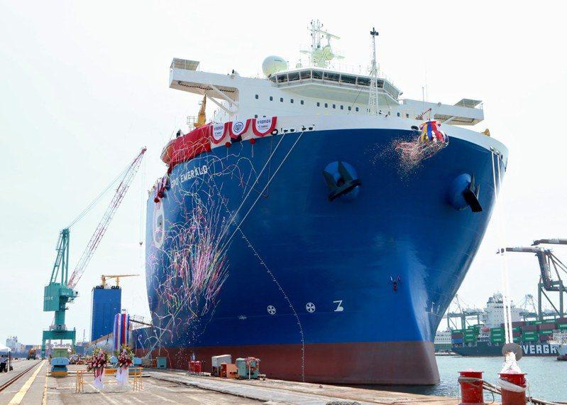 台灣國際造船公司舉行6萬5000載重噸級潛舉式甲板重貨載運輪「GPO EMERALD」雲命名。圖/台船提供