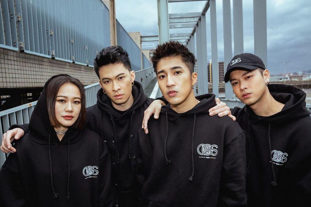 唐仲彣(左二)和芮德(左起)、婁峻碩、高爾宣合組「CHING G SQUAD」。