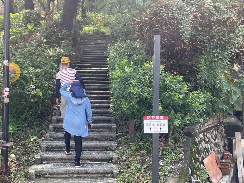 爬山戴口罩很吃力,很多人都快喘不過氣來,不戴又怕人家檢舉,遊客認為上山報復恐怕不是最佳選擇。記者蔡維斌/攝影