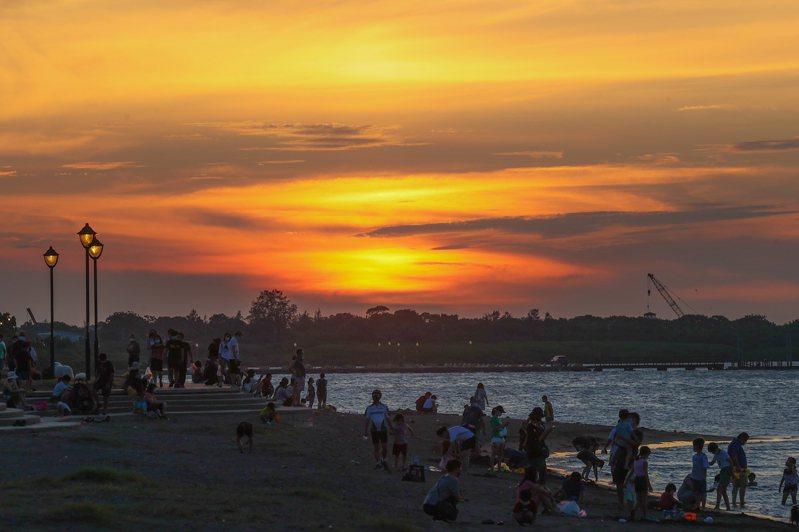 颱風烟花下周恐侵台,民眾利用微解封周末到八里左岸欣賞夕陽。記者葉信菉/攝影
