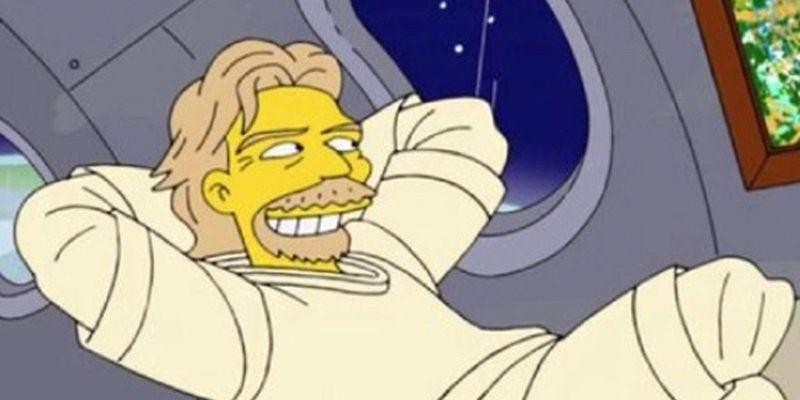 網友瘋傳一張「辛普森家族」動畫截圖,和布蘭森在太空艙內的相片對照竟高度相似,直呼「辛普森家族」早在7年前「預言」布蘭森上太空。(擷取自Twitter)