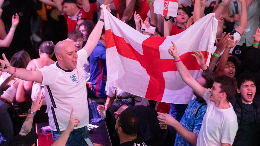 在全歐洲熱烈關注歐洲國家盃足球賽之際,投入社交活動的人數激增,可能使英國男性比女...