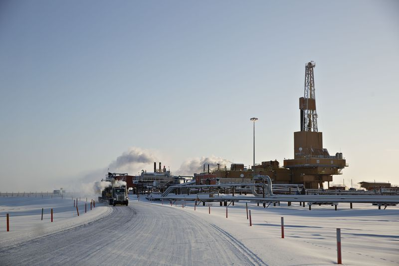 北極區內的永凍層融化導致高速公路扭曲和房屋下沉。(彭博資訊)