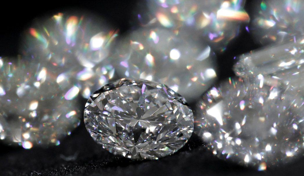 俄羅斯鑽石巨頭Alrosa正對自家鑽石使用最新的雷射奈米標籤技術,有助顧客查看裸...