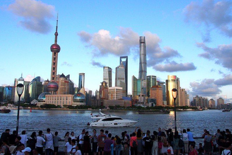 大陸當局賦予上海浦東新區最新的戰略定位,打造社會主義現代化建設引領區。圖為遊客在外灘欣賞浦東陸家嘴景色。(新華社)